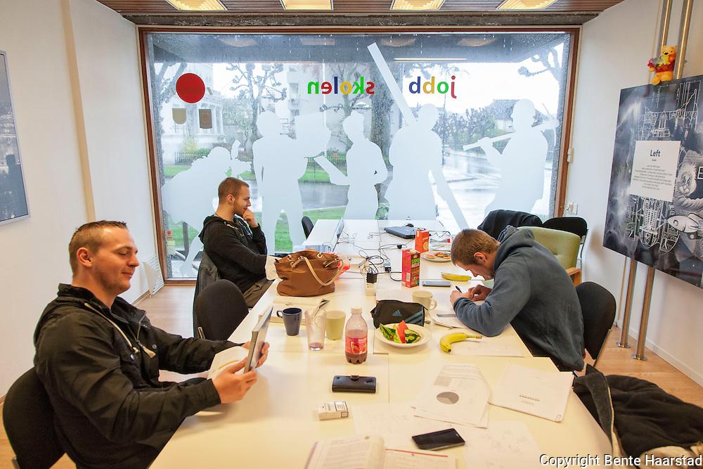 Rasmus, Petar og Tore jobber iherdig med skolefag på et av arbeidsrommene på Jobbskolen. NAV-tiltak for unge i Kristiansand som får et ekstra puff inn i arbeidslivet eller for å avslutte utdanningen.