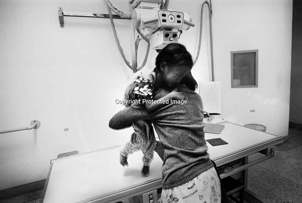 TEN, 5 Jahre alt, einen Tag, nachdem sie in BAAN GERDA eingeliefert wurde, hat man sie in das Provinz Hospital von Khok Samrong zur Untersuchung geschickt.  Sie wurde gerade geroengt. Der behandelnde Kinderarzt hat sie aufgrund der Tuberkulose und der Lungenentzuendung auf die Krankenstation gelegt..Provinz Lop Buri, Thailand..TEN, age 5, in the Hospital in Khok Samrong, the day after she was brought to BAAN GERDA. She was taken immediately to the hospital. The doctor diagnoses  pneumonia and TB, tuberculoses. Her state of health is instable. It just after she had been x-rated..Lop Buri, Thailand........