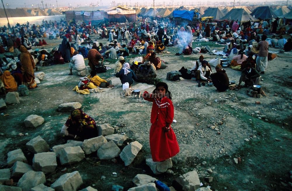 Pilgrim encampment near  the holy place...campement de pèlerins aux abords du lieu sacré