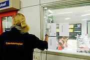 Een medewerkster van het Calamiteitenhospitaal scant de barcode, zodat de pati&euml;nt gevolgd kan worden.  In het Calamiteitenhospitaal in Utrecht wordt een rampenoefening gehouden. De nadruk ligt op de contaminatie, door een gekantelde vrachtwagen zijn veel slachtoffers in aanraking gekomen met een chemische stof. Voor het eerst wordt er geoefend met een zogenaamde decontaminatietent. Als de tent bevalt, schaft het ziekenhuis zo'n tent aan. Bij de 'ramp' zijn 100 slachtoffers gevallen.<br /> <br /> An employee of the hospital is scanning the location of a patient. In the Trauma and Emergency Hospital in Utrecht an calamity training was held. The emphasis is on the contamination by an overturned truck, many victims are contaminated by a chemical. For the first time a so-called decontamination tent was used. If the tent fulfills the expectations, a tent will be purchased. The 'calamity' caused 100 victims.