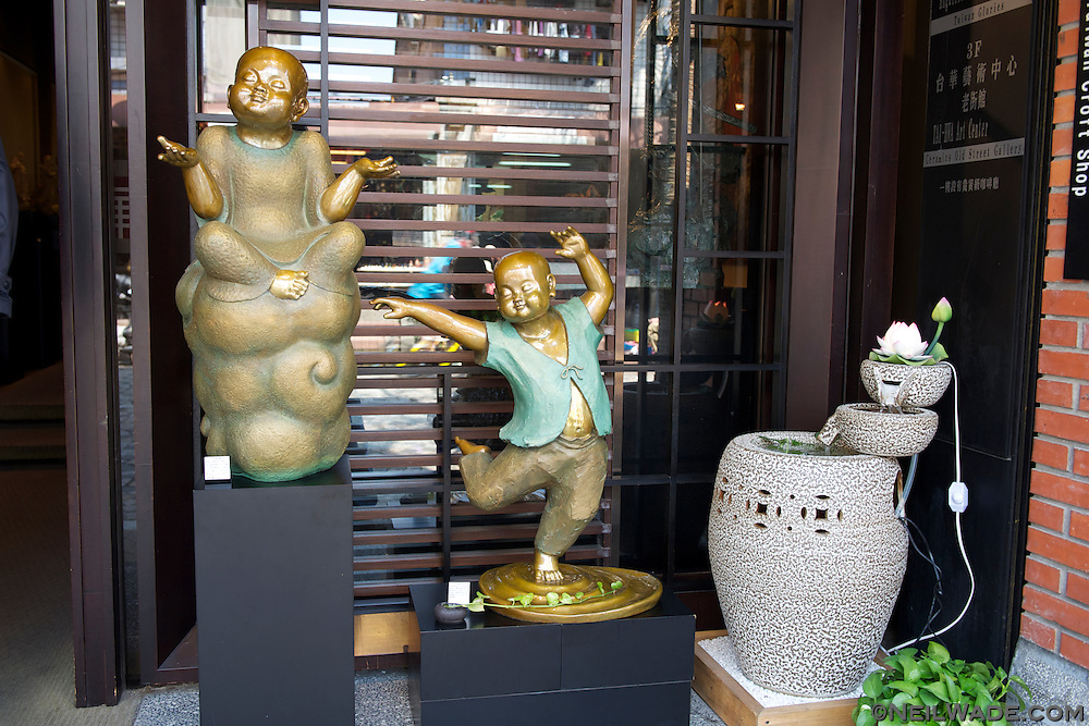 Besides pottery, many styles of ceramic arts are on display and for sale on Yinge Old Street.