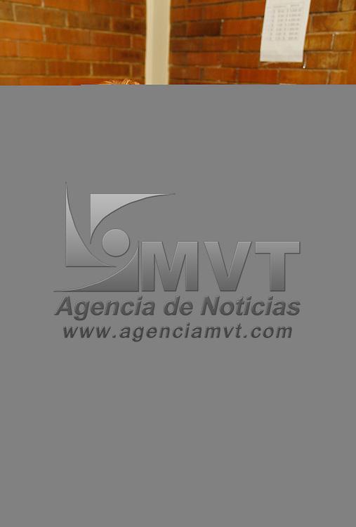 Toluca, México.- La Delegación Toluca de Cruz Roja Mexicana durante el conteo de la aportación voluntario de la Colecta Anual 2013 reporto que se va 40 por ciento abajo en comparación al  año pasado, y que al interior de las alcancías se han encontrado tuercas, rondanas, clips, fichas, entre otras cosas.  Agencia MVT / Crisanta Espinosa