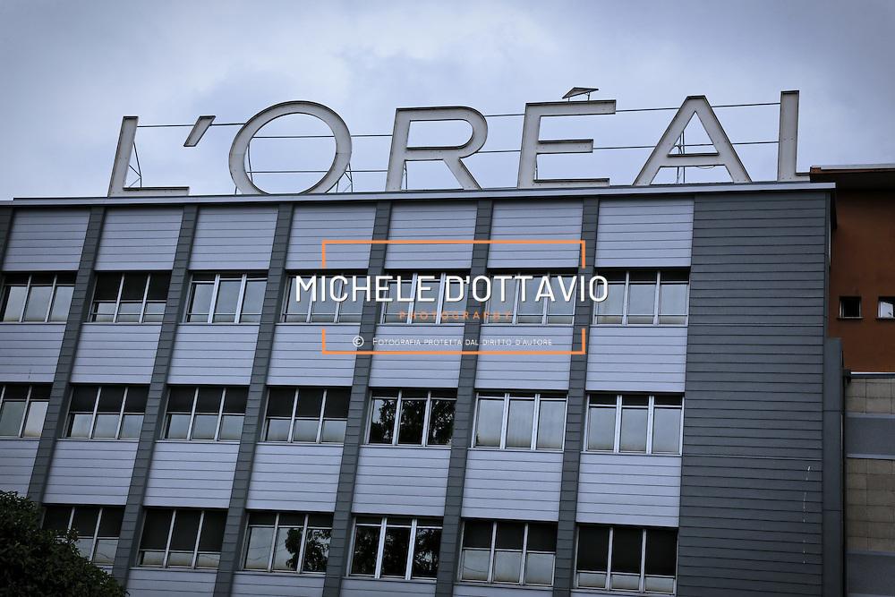 Fasi di lavorazione nello stabilimento di Settimo Torinese de L'Oréal, che occupa 400 dipendenti e fattura 1,1 miliardi , ed entro giugno 2015 sarà a «emissioni zero»