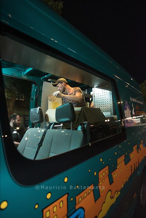 &Uuml;ber 1000 Menschen schlafen in Hamburg auf der Stra&szlig;e, auch an Wintertagen. Der Mitternachtsbus bringt seit 1996 Hilfe vor Ort. Jeden Abend von 20 bis 24 Uhr f&auml;hrt ein Team von ehrenamtlichen Helfern durch die Innenstadt. An Bord sind Kaffee, Tee, Kakao, Br&uuml;he, Br&ouml;tchen, Kuchen, Decken und Schlafs&auml;cke. Bis zu 160 obdachlose Menschen werden so bei jeder Tour erreicht.<br /> <br /> Der Leitgedanke &quot;Kein Mensch soll auf Hamburgs Stra&szlig;en erfrieren&quot; pr&auml;gt die Arbeit, damals wie heute.<br /> <br /> Neben der Grundversorgung geht es vor allem um den Kontakt und die Zuwendung zu den Menschen, die in der &Ouml;ffentlichkeit leben, mit denen aber kaum jemand spricht. In den Gespr&auml;chen informieren die Ehrenamtlichen auch &uuml;ber weiterf&uuml;hrende Hilfsangebote, wie z.B. das warme Mittagessen und die &auml;rztliche Sprechstunde im Diakonie-Zentrum f&uuml;r Wohnungslose.