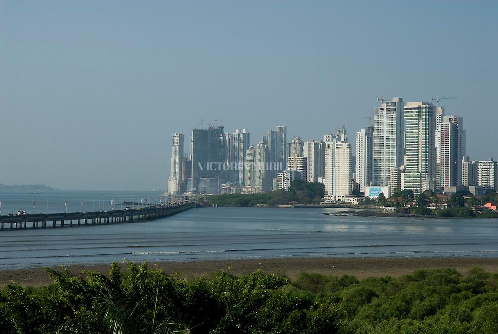 Panamá, 21 de Enero 2010.  Vista Panorámica  de las nuevas edificaciones y el Corredor Sur en la ciudad de Panamá desde el Campanario de la catedral en Panamá Viejo..Foto: Ramon Lepage / Istmophoto..