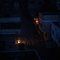 The streets of northern Gaza city plumbed in to the darkness after dusk. Le strade nel nord di Gaza City piombano nel buio dopo il tramonto