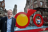 Tourbaas Christian Prudhomme voor het beeld van Le Tour Utrecht. In Utrecht onthullen burgemeester Jan van Zanen, wethouder Jeroen Kreijkamp en ASO-directeur Christian Prudhomme een enorme fiets. De tourfiets is het beeldmerk van de start van de Tour de France in Utrecht in 2015. Met de onthulling wordt de eerste stap gezet naar de feestelijkheden van Le Tour Utrecht. De Grand Velo, zoals het beeld heet, is volledig van staal en is 6 meter breed, 1,20 meter diep en 3,50 meter hoog.