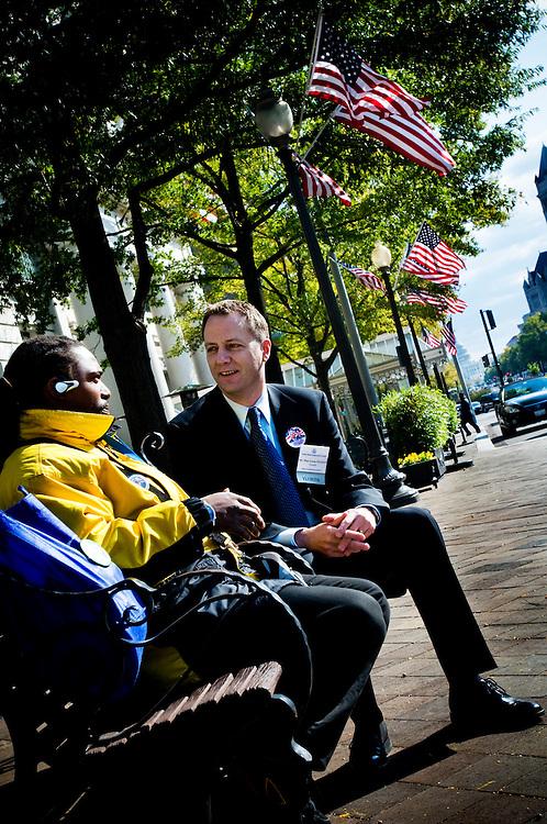 Moderate riksdagsmannen och McCain-anhängaren Mats G Nilsson diskuterar politik med Obama-supportern Termaine Rich Sr, från Landover Maryland..Photographer: Chris Maluszynski /MOMENT