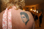 USA Nordamerika Memphis Tennessee Images of the King Contest ..About 70 international Elvis inpersonators perform 5 nights at the annual Images of the King Contest in Memphis Tennessee the audience is mostly female Elvis tatoo..Elvis Wettbewerb 2006 jedes Jahr im August singen ca  70 internationale Elvis Interpreten 5 Tage lang in Memphis um die Wette Das Publikum besteht vorwiegend aus Frauen Elvis Tatoo.