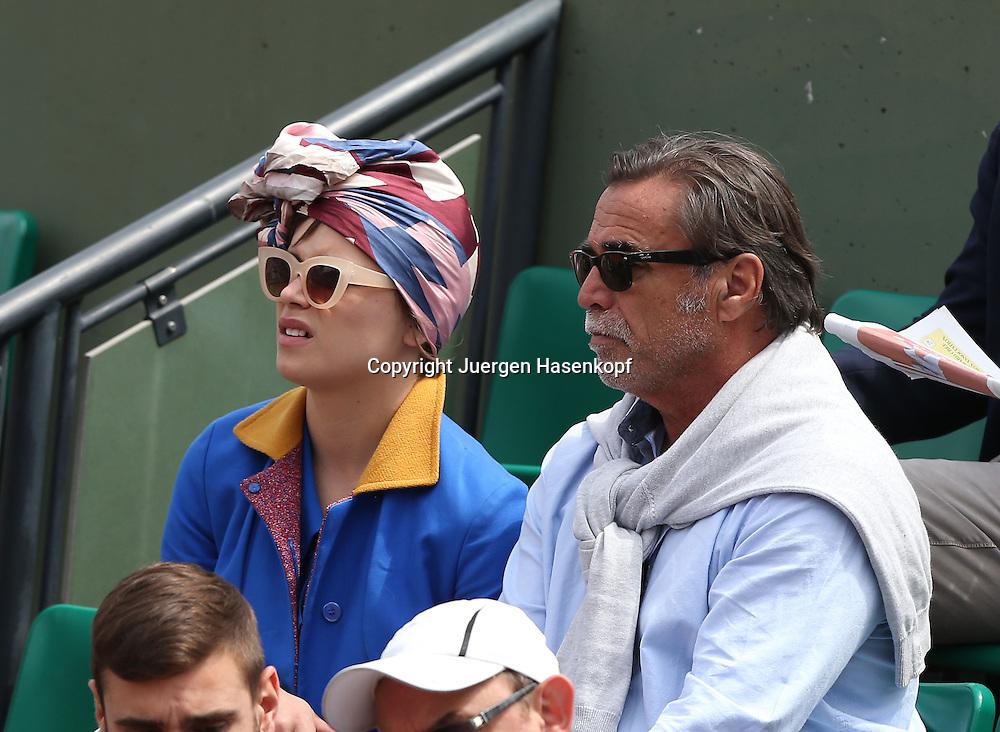 French Open 2014, Roland Garros,Paris,ITF Grand Slam Tennis Tournament,<br /> Zwei extrovertierte Zuschauer in einer Loge,Fans,Halbkoerper,Querformat,<br /> Feature,