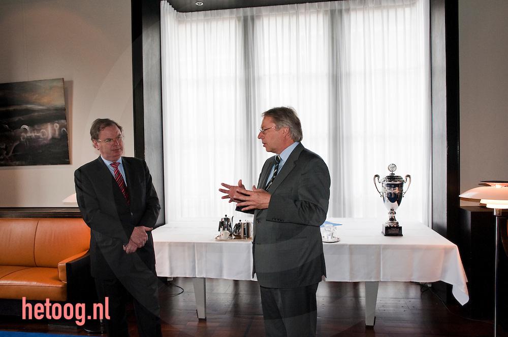 ). Bernard Wientjes (voorzitter VNO-NCW) en  burgemeester Den Oudsten van Enschede in gesprek ...Locatie.B&W-kamer van het stadhuis van Enschede, Langestraat 24. ...Tijdstip.Vrijdag 8 mei, vanaf 14.00 uur