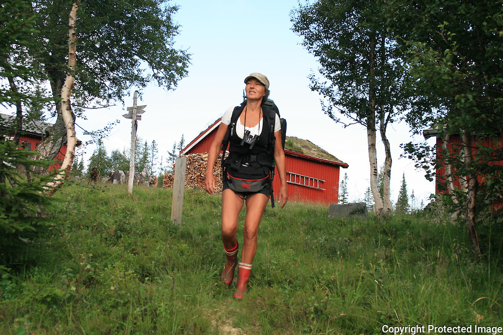 Mari Nygaard (49) fra Stavern er kokk på Storerikvollen i sommer, og brukte sin ene uke med ferie til å gå alene i fjellet. - Dønn alene, jeg møter ingen. Er det ikke fantastisk, sa den glade vandreren, her på veg videre etter å hatt Schulzhytta som base i tre dager. Foto: Bente Haarstad