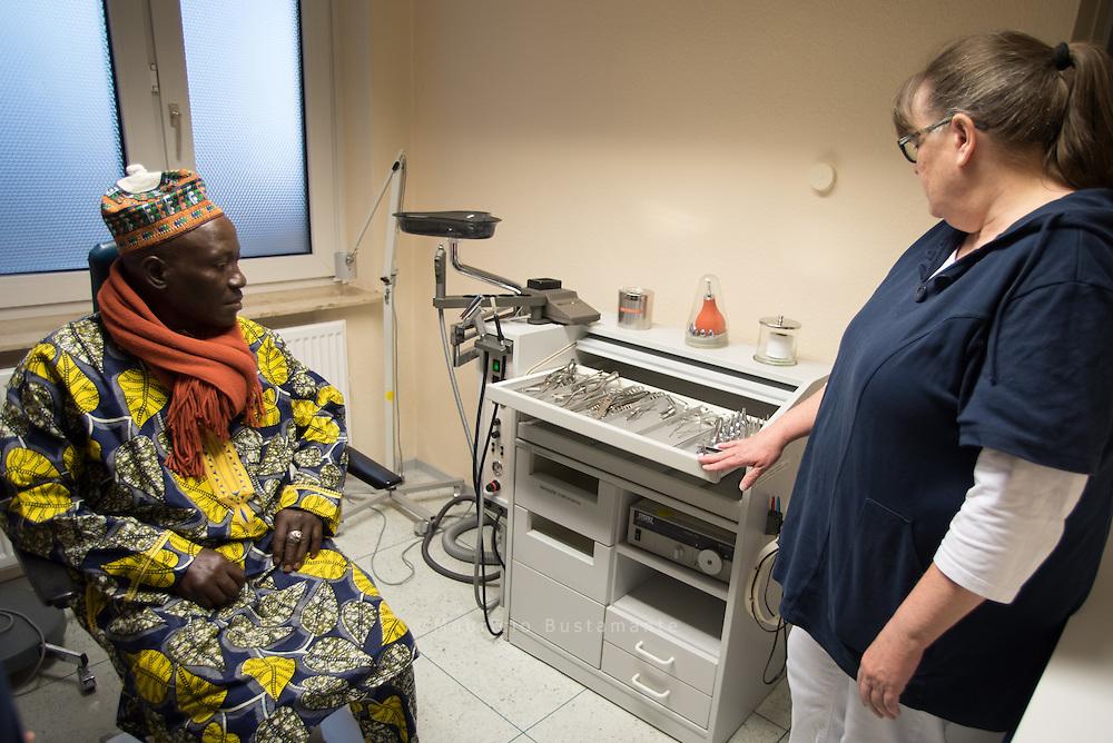 Die Notfallpraxis Farmsen wird besucht von K&ouml;nig Martin Demfack <br /> Kemdeng aus Kamerun. Er will sich dar&uuml;ber informieren, wie man eine <br /> medizinische Ambulanz in Kamerun aufbauen und gestalten k&ouml;nnte.