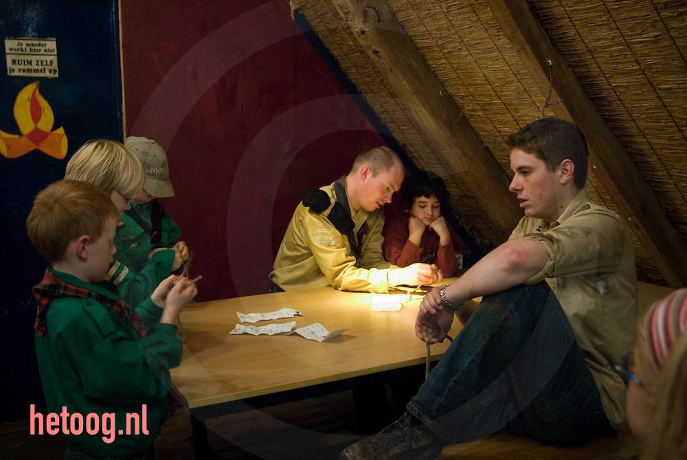 scouts (v.h. padvinders) leren knopen leggen onder leiding van volwassenen. ..scouting 't volbert enschede - anemoonstraat