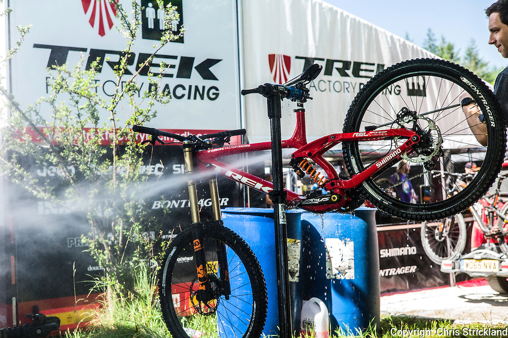Nevis Range, Fort William, Scotland, UK. 5th June 2016. Gee Athertons Trek bike gets washed prior to its final run on a blistering hot day in the Scottish Highlands. The worlds leading mountain bikers descend on Fort William for the UCI World Cup on Nevis Range.