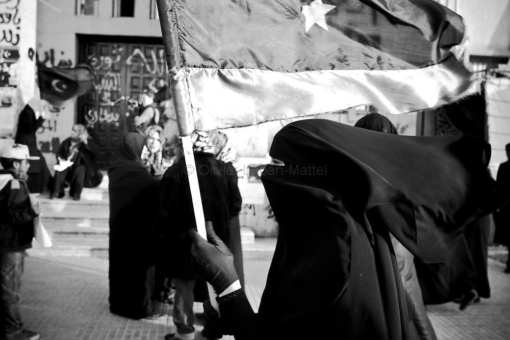 Une femme manifeste, le 21 mars 2011 à Benghasi, pour soutenir les combattants rebelles en lutte contre les forces du Colonel Kadhafi.