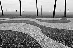Calcadao Copacabana, foto preto e branco./Copacabana sidewalk. Black and white photo Rio de Janeiro, RJ. Foto Paula Marina/Argosfoto