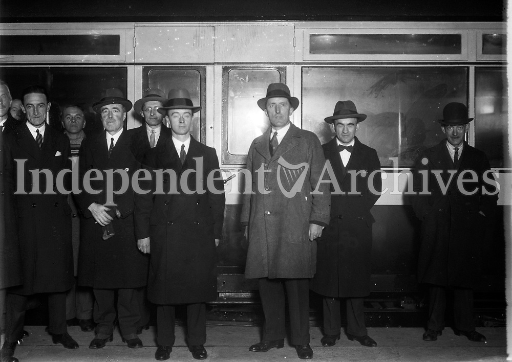 H1685 The Drumm Train. Passengers board the Drumm Train. December 1931 (Part of the Independent Ireland Newspapers/NLI Collection)