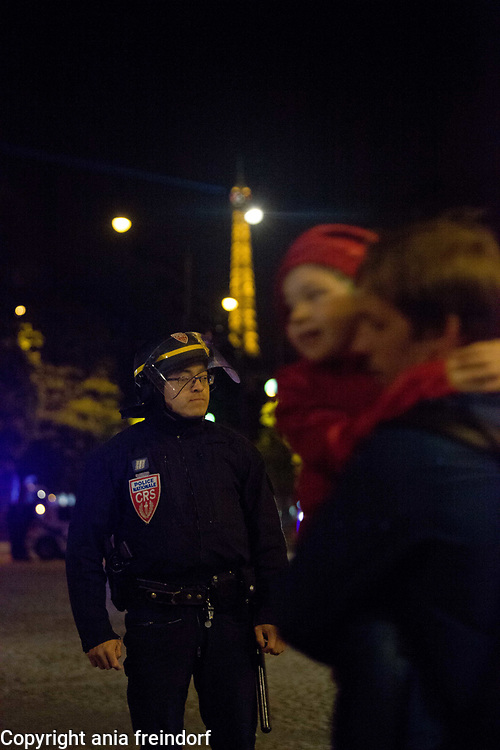 Terror Attack Champs Elysee, police officer and suspect shot dead on Champs Elysees in attack claimed by Islamic State, one tourist woman injured, another french police officer badly injured, Paris, France, father running aways with a child