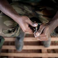 24/01/2013. Sevare, Mali. Un miilitaire français prépare son arme dans la base militaire p`des de l'aéroport de Sevare.  ©Sylvain Cherkaoui