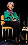 AMSTERDAM - Claudia de Breij (R) overhandigt het eerste exemplaar van het boek Bergplaas aan prinses Irene tijdens de boekpresentie in Amsterdamse de Balie. Het boek is een persoonlijke verhaal, waarin de prinses de lezer laat nadenken over de actuele vraag wat duurzaamheid nu werkelijk betekent.