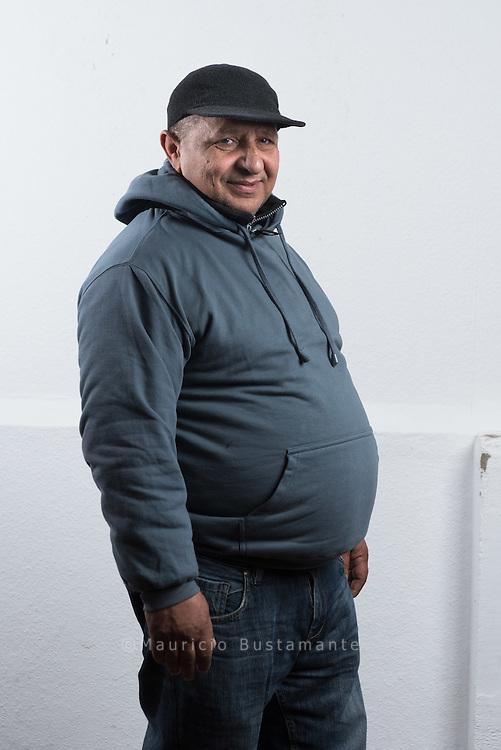 """Mit 55 Jahren ist Stefan Calin der Senior unter den BrotRettern. Eigentlich versucht der Rumäne das Leben immer positiv zu sehen. In seiner Heimat war er ein erfolgreicher Geschäftsmann. Dann betrog ihn eine Mitarbeiterin und er verlor alles. Auch seine Gesundheit war angeschlagen: Stefan überstand zwei Herzinfarkte. Mit den BrotRettern ist sein Optimismus zurückgekehrt: """"Das wird das erste Mal sein, dass ich in einer Bäckerei arbeite. Das ist ein richtig guter Job."""" Und demnächst wird er mit seiner Frau in eine Genossenschaftswohnung ziehen."""