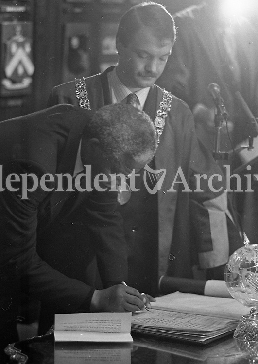 Nelson Mandela receives the Freedom of the City from the Lord Mayor, Sean Haughey during his visit to the Mansion House, 01/07/1990 (Part of the Independent Newspapers Ireland/NLI Collection).