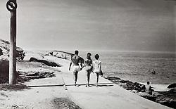 Banhistas passeiam no Arpoador, janeiro de 1959. Foto preto e branco / .Bathers walk in Arpoador, january, 1959.Black and white.Rio de Janeiro, RJ