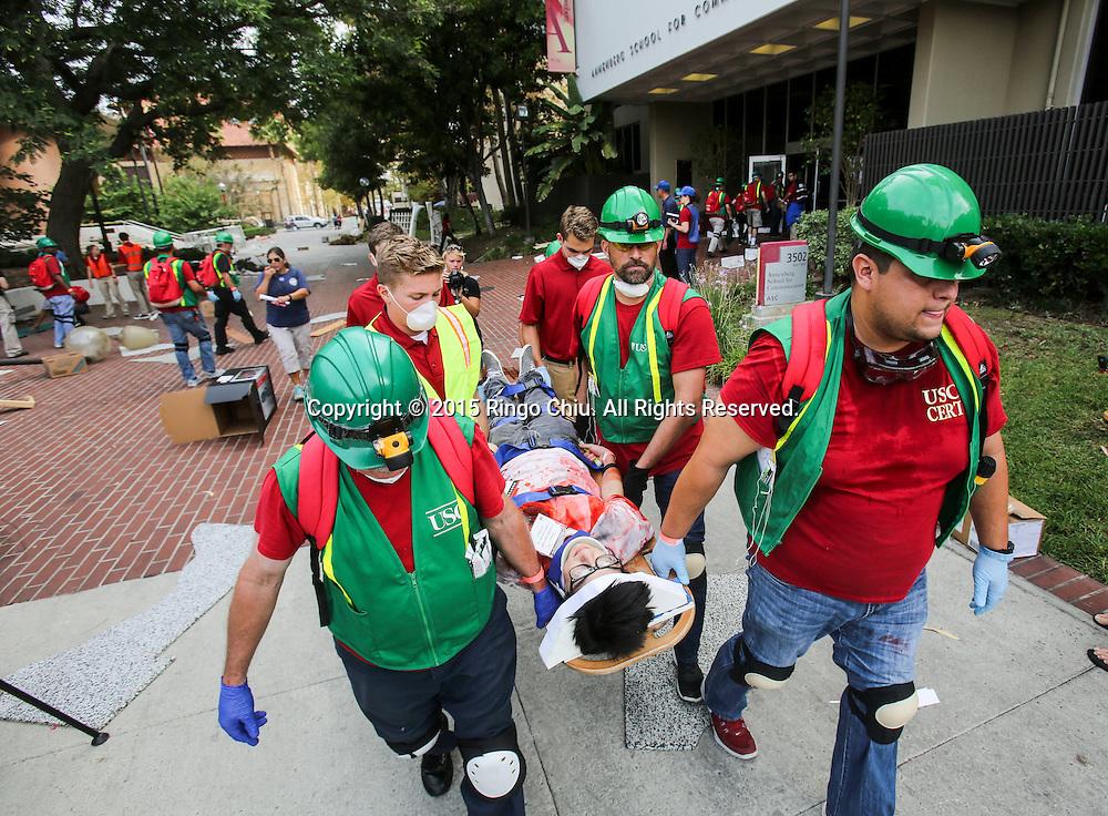 当地时间10月15日,搜救队把一名模拟受伤的&ldquo;伤者&rdquo;从地震现场救出。当天,在美国加利福尼亚州洛杉矶举行了第八届年度全球最大规模地震演习&ldquo;大摇晃&rdquo; (Great ShakeOut). 主办机构表示,加州有1,004万人签署参与,在全球其他地震区也有超过2000万人参与。(新华社发 赵汉荣摄)<br /> Members of Search And Rescue team rescue a mock victim during California's annual full-scale earthquake drill to prepare for a potential magnitude-6.7 earthquake in Los Angeles, California, Thursday, October. 15, 2015. About 10.4 million Californians and 21.5 million people worldwide who took part in safety drills and aftermath and recovery exercises in observance of the eighth annual Great ShakeOut.  (Xinhua/Zhao Hanrong)(Photo by Ringo Chiu/PHOTOFORMULA.com)