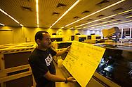 SAO PAULO, SP, BRASIL, 24/11/09, 22h26: Producao da Folha: Funcionario da grafica do jornal Folha de S. Paulo manuseia fotolito da primeira pagina da Folha. (foto: Caio Guatelli/Folha Imagem)