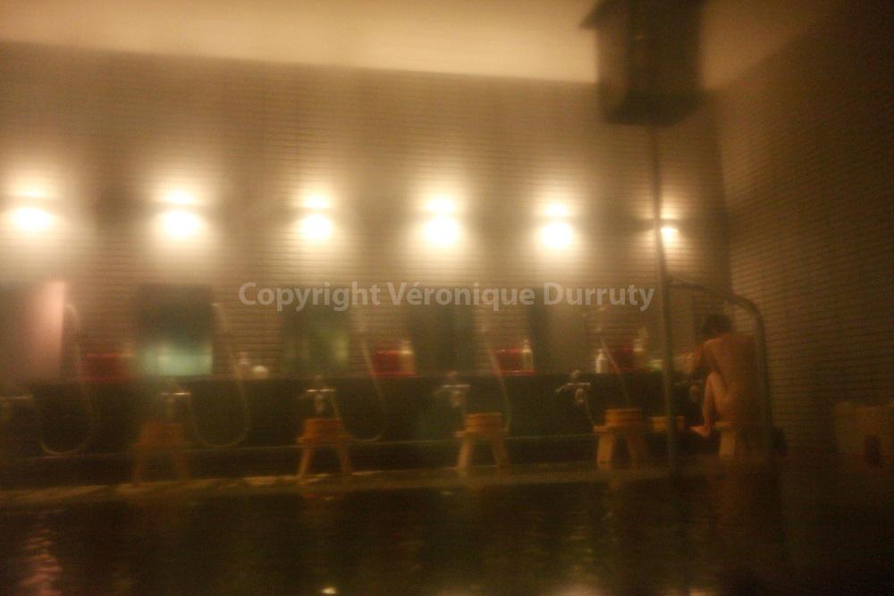 Woman Bathing in An Onsen Of Yudanaka, Honshu, Japan / Femme faisant sa toilette dans un Onsen de Yadanaka, Honshu, Japon