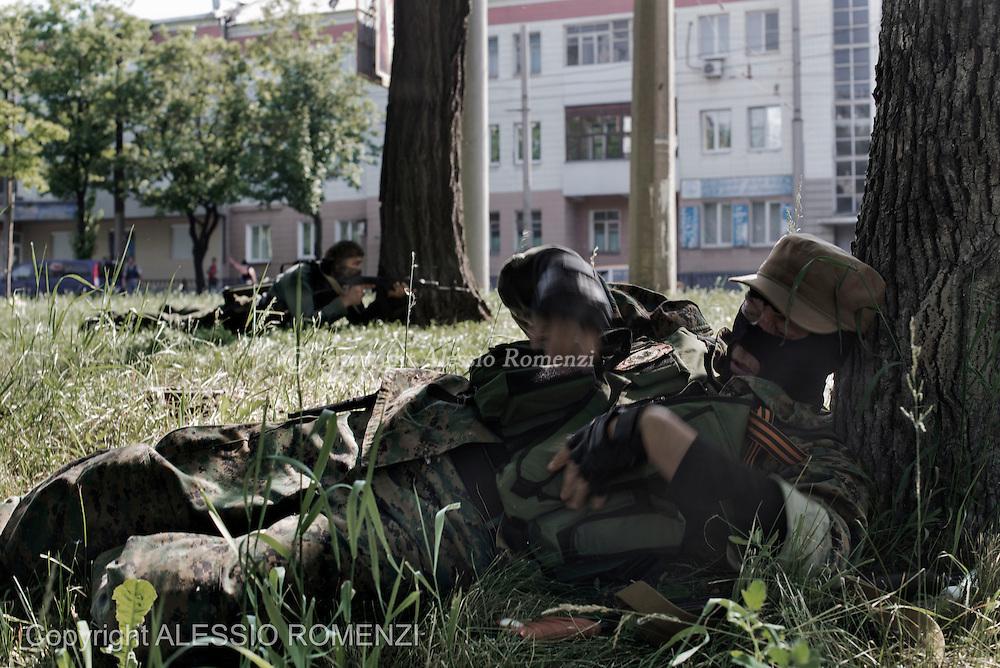 Ukraine, Donetsk: Pro-Russian insurgents aim their rifles during fighting around the airport outside Donetsk on May 26, 2014. ALESSIO ROMENZI