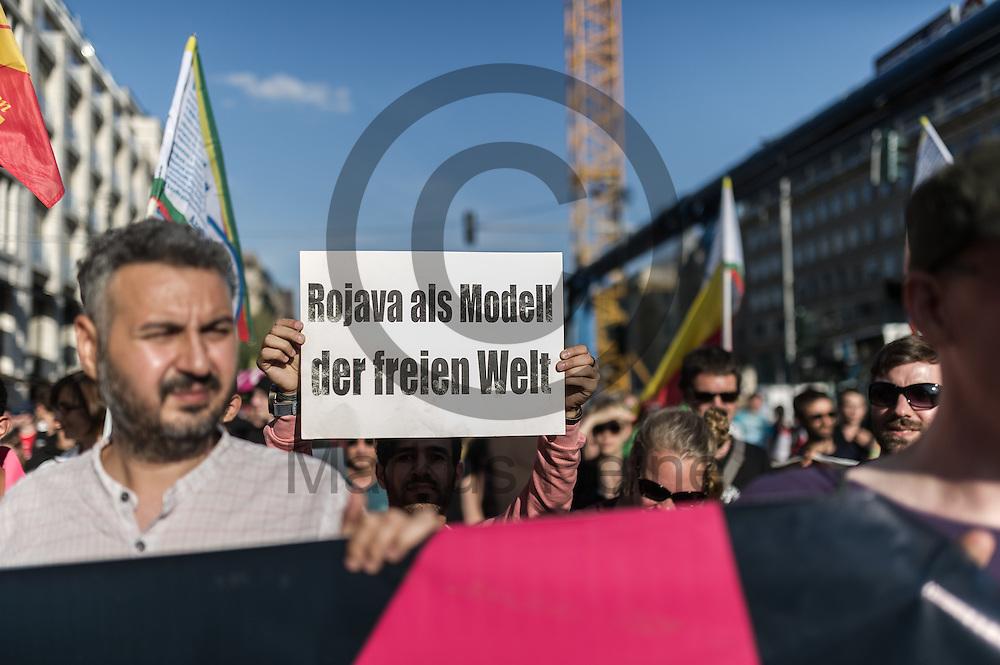 """""""Rojava als Modell der freien Welt"""" steht  während der Demonstration gegen den Tuerkei Deal am 02.09.2016 in Berlin, Deutschland auf dem Schild eines Demonstranten. Unter dem Motto """"Kein schmutziger Deal mit der Türkei - Stoppt den Krieg in Kurdistan"""" demonstrieren mehre hundert Menschen gegen den Flüchtlingsdeal mit der Türkei. Foto: Markus Heine / heineimaging"""