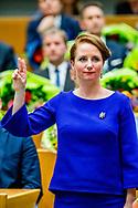 DEN HAAG -  Fleur Agema (PVV) legt de eed af tijdens de installatie van de nieuwe Kamerleden na de Tweede Kamerverkiezingen.  ROBIN UTRECHT<br /> democratie formatie holland installatie kabinetsformatie kamerleden kiezen nieuwe partijpolitiek politicus politiek tk2017 vanROBIN UTRECHT