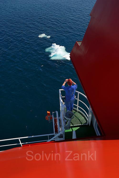 """Es sind die neuen Eindrücke, die Anna Tüß faszinieren. Sie hat eine Lehre zur Schiffsmechanikerin gemacht und ist seit drei Monaten auf dem Forschungsschiff Maria S. Merian unterwegs. Unter ihrem Namensschild steht als Bezeichung """"Motormann"""". Im seemännischem Schiffs Jargon gibt es die Bezeichnung Motorfrau eben nicht. Aber ihr und allen anderen ist dies nicht wichtig. Sie freut sich mit der Flex auch mal einen kompletten Schornstein entfernen zu können. Nordatlantik / Arktischen Ozean, Spitzbergen, Norwegen.   Anna Tüß is fascinated by new impressions. She did an apprenticeship as a ship mechanic and has been on board the research vessel Maria S. Merian for three months. Her name tag labels her as """"motorman"""" since there is no word for """"motorwoman"""" in nautical jargon. However, she and her co-workers do not mind that. She enjoys working with tools such as angle grinders, e.g. to remove a whole chimney. North Atlantic / Arctic Ocean, Spitsbergen, Norway."""