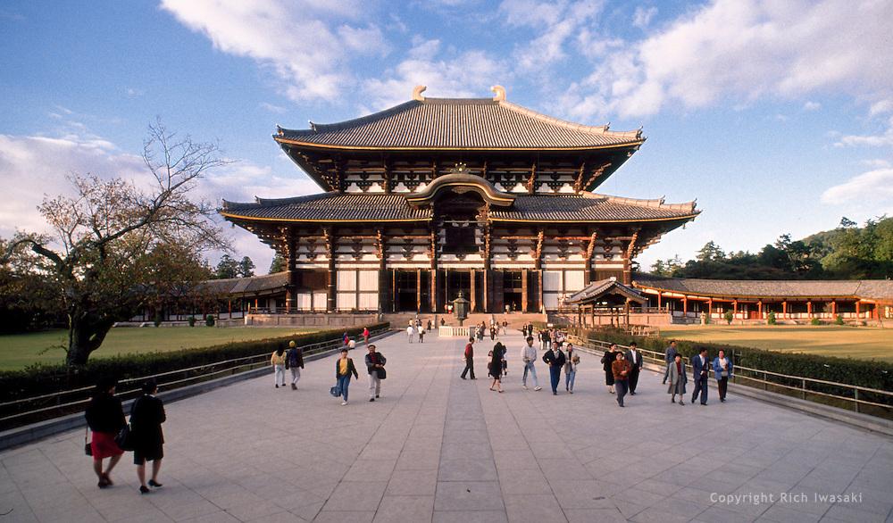Exterior view of Todaiji (temple), Nara, Japan. The Daibutsuden (Great ...