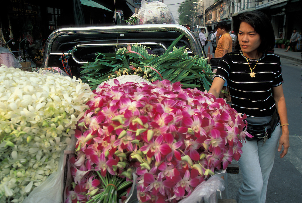 Thailand, Bangkok, Flower market along downtown Bangkok sidewalk