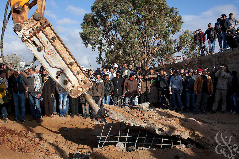 Libyans dig for prisoners and victims believed hidden in underground bunkers using heavy machinery at the abandoned and looted Katiba el-Fedeel Boummar military base in Benghazi Libya February 24, 2011. A tightening circle of rebels threatened the capital, Tripoli, on Thursday, as government forces try to fend off an uprising against the 40-year rule of Col. Muammar el-Qaddafi..Slug: Libya.Credit: Scott Nelson for the New York Times