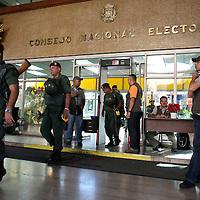 Miembros del ejército venezolano custodian la sede del Consejo Nacional Electoral (CNE) durante el referendo consultivo sobre la reforma constitucional propuesta por el presidente venezolano, Hugo Chávez hoy, domingo 2 de diciembre, en Caracas (Venezuela). (ivan gonzalez)
