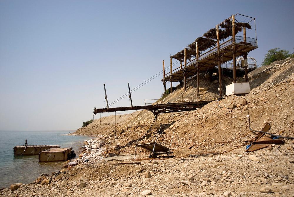 La base militaire d'Ein Gedi a été fermée suite à la formation de sinkholes ou doline. Reste un quai de débarquement suspendu dans les airs. La Mer Morte, alimentée par le Jourdain, est un lac d'eau salée d'une surface approximative de 810 km2, partagé entre Israël, Jordanie et Territoires Palestiniens occupés. La salinité de la Mer Morte est de 27,5 % alors que celle de l'eau de mer oscille entre 2 et 4 %. La Mer Morte est le point le plus bas du globe à 417 mètres sous le niveau de la mer. Son niveau d'eau baisse d'un mètre par an en moyenne. Écologie, économie et géostratégie y sont continuellement un peu plus fragilisés. Israël, mai 2011