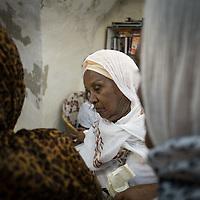 Una pellegrina etiope attende il proprio turno per farsi tatuare
