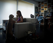 Aveiro<br /> Diogo, 36 years old, has been in Ireland and Poland. In the end of vacations, he prepares himself to leave is family again, in their house in the center of Aveiro, to go back to Moldavia, where he currently works. He chose immigration so that his family could keep the lifestyle.<br /> <br /> Aveiro. <br /> Diogo, 36 anos, engenheiro civil, trabalha fora de Portugal h&aacute; seis anos. J&aacute; esteve na irlanda e na Pol&oacute;nia. Depois das f&eacute;rias, volta a deixar a fam&iacute;lia na sua casa da avenida principal da cidade e prepara-se para voltar &agrave; Mold&aacute;via, onde traalha actualmente. Optou por emigrar para que a fam&iacute;lia possa manter o estilo de vida.