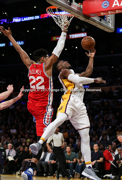 3月12日,费洛杉矶湖人队球员托马斯 - 罗宾逊(右)在比賽中上篮。 当日,在2016-2017赛季NBA常规赛中,洛杉矶湖人队主场以116比118不敌费城76人队。 新华社发 (赵汉荣摄)<br /> Los Angeles Lakers forward Thomas Robinson (#15) goes up for a layup against Philadelphia 76ers center Richaun Holmes (#22) during an NBA basketball game Tuesday, March 12, 2017, in Los Angeles. <br /> (Photo by Ringo Chiu/PHOTOFORMULA.com)<br /> <br /> Usage Notes: This content is intended for editorial use only. For other uses, additional clearances may be required.