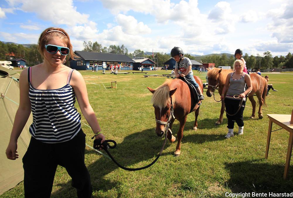 Aktivitetstilbudet på festivalen var veldig populært, og viste noe av det Tydal byr på. Blant annet barneridning med hester fra Patrusli. Tydalsfestivalen. Foto: Bente Haarstad