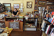 Crawford, Texas, USA..Jamie Burgess (44) hinter dem Tresen ihres Red Bull Souvenierladens mit Bush Pappfigur und anderen Bush Andenken..store owner Jamie Burgess (44) at her souvenir shop 'Red Bull'  on Crawford's Lone Star Parkway..Crawford, Texas, is the hometown of outgoing President George W. Bush, who bought the Prairie Chapel Ranch, located seven miles (10 km) northwest of town, in 1999. The farm was considered the Western White House of the President, who is leaving soon for a new home in  Dallas. His departure will bring major changes to this small town (population: 705), which had in part made a living by catering to the tourist, press and protesting crowds that came to visit. At the same time they are very tired of it all and seem to be glad that life can finally get back to normal now...©Stefan Falke