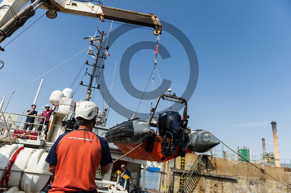 Besatzungsmitglieder der Sea-Watch 2 heben am 15.09.2016 in Paola, Malta ein Rib (Schlauchboot) auf das Fluechtlingsrettungsboot zu Wartung. Foto: Markus Heine / heineimaging<br /> <br /> ------------------------------<br /> <br /> Veroeffentlichung nur mit Fotografennennung, sowie gegen Honorar und Belegexemplar.<br /> <br /> Publication only with photographers nomination and against payment and specimen copy.<br /> <br /> Bankverbindung:<br /> IBAN: DE65660908000004437497<br /> BIC CODE: GENODE61BBB<br /> Badische Beamten Bank Karlsruhe<br /> <br /> USt-IdNr: DE291853306<br /> <br /> Please note:<br /> All rights reserved! Don't publish without copyright!<br /> <br /> Stand: 09.2016<br /> <br /> ------------------------------