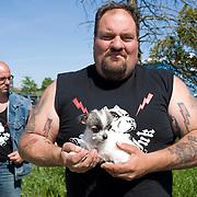 "Rescue Ink, Long Island, New York, taettowierte Motoradgang, Verein zur Rettung mishandelter Hunde und anderer Tierarten.vlnr:. Jonny ""O"", ""Big Ant"" mit Hund.Rescue Ink, the animal rescue group that brings an in your face approach to the fight against animal abuse and neglect. The goups members are heavily tattooed and ride motorbikes. Their pitbull 'Rebel', who lives at their headquarters, was rescued from a dog fighting operation, where he was used as bait. He was near death when two members of Rescue Ink flew to Virginia to save him....Foto © Stefan Falke."