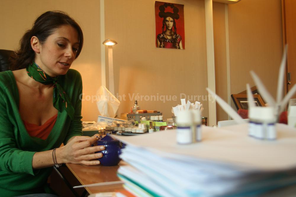 Daphne Bugey in her office.  Daphne Bugey dans son bureau