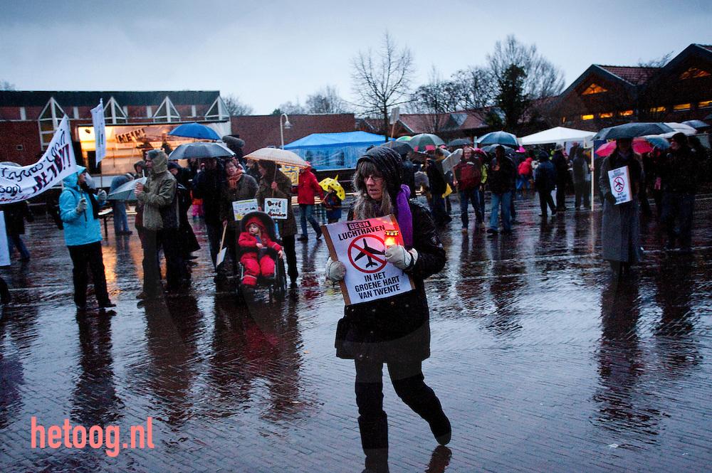 Nordhorn (Duitsland) Enkele honderden (+-400) personen voerden zaterdagmiddag 28 nov. 2009 actie tegen de doorstart van het vliegveld Twente. Maandag dertig november 2009 vergadert de gemeenteraad van Enschede over de voorgenomen doorstart van het voormalige militaire vliegveld. Het vliegveld moet een kleine burgerluchthaven worden. Actievoerders vrezen aantasting van de natuur en geluidsoverlast.