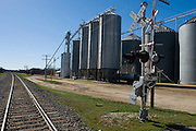 Crawford, Texas, USA.Bahnuebergang, Schienen und Getreidesilos an Crawfords Hauptstrasse, dem Lone Star Highway..Railway crossing and grain elevators at Crawford's main street, the Lone Star Parkway..Crawford, Texas, is the hometown of outgoing President George W. Bush, who bought the Prairie Chapel Ranch, located seven miles (10 km) northwest of town, in 1999. The farm was considered the Western White House of the President, who is leaving soon for a new home in  Dallas. His departure will bring major changes to this small town (population: 705), which had in part made a living by catering to the tourist, press and protesting crowds that came to visit. At the same time they are very tired of it all and seem to be glad that life can finally get back to normal now...©Stefan Falke